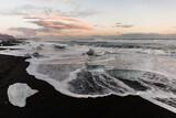 Fototapeta Fototapety z morzem do Twojej sypialni - czarna plaża