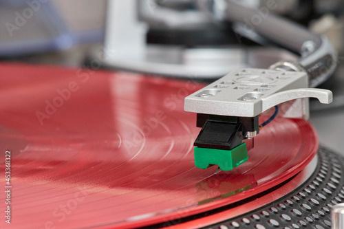 Czerwona płyta winylowa odtwarzana na gramofonie
