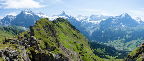 vue panoramique sur une crête montagneuse devant des massifs alpins