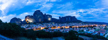 ギリシャ カランバカの夜景と後ろに広がるライトアップされた巨大なメテオラの奇岩群