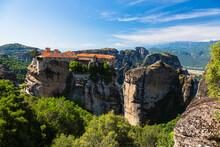 ギリシャ メテオラの断崖絶壁の岩山の上に建つヴァルラアム修道院と奇岩群