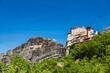 ギリシャ メテオラの巨大な岩山の上に建つルサヌ修道院