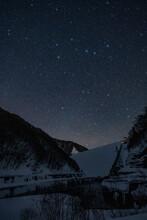 冬のダムと星空