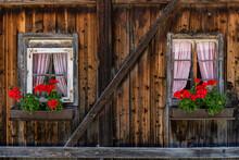 Blumenkästen An Einem Alten Haus Aus Holz In Östereich Im Defereggental, Tirol