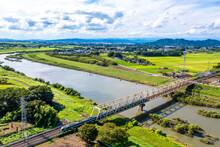 渡良瀬川を渡る東武日光線の500系リバティ(栃木県栃木市)