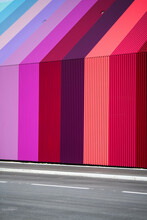 Farbenfrohe Hausfassade Neben Einer Straße