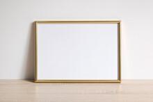 Pusta Złota Ramka Na Zdjęcia Na Komodzie Oparta O ścianę