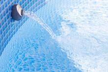 Filtrowana Woda Wypływa Z Otworu W Basenie