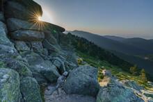 El Sol Brillando Al Atardecer Con El Camino Schmidt De Fondo