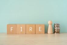 早期リタイア、FIRE|「FIRE」と書かれた積み木と人形とお金