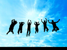 青空にジャンプする男女6人シルエット
