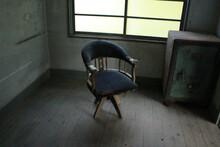 寂れた雰囲気の椅子