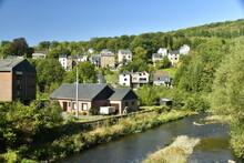 Maisons Le Long De L'Emblève Et Au Pied Des Collines à Trois-Ponts En Haute Belgique