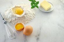 Ovos, Farinha De Trigo, Manteiga E Manjericão Sobre Superfície De Mármore Branco