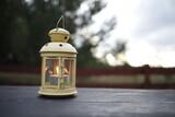 latarenka ze świeczką zapaloną