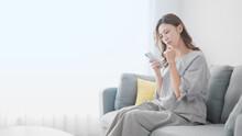 スマートフォンで検索する女性 イメージ