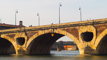 Vue Rapprochée Du « Pont Neuf », Enjambant La Garonne, Dans La Ville De Toulouse