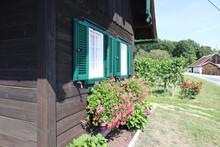Front Eines Holzblockhauses, Weinkeller