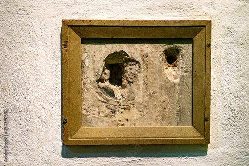 Canvas Print Kogelgaten van moord op prins Willem van Oranje boven de trap in de Prinsenhof t