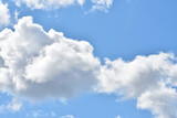 Fototapeta Na sufit - Jasne niebo z chmurami