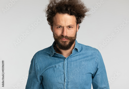 Fotografia casual fashion model with beard making a serious face when frowning
