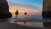 Bonita Alvorada Na Praia Dos 3 Irmãos, Alvor, Algarve Com Mar Calmo Sob Um Céu Com Nuvens Colorido