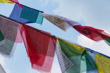 ネパール 首都カトマンズにあるネパール最大の仏塔であるボダナートではためくタルチョー