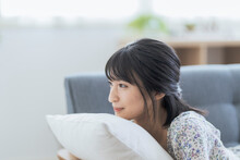 くつろぐ若い日本人女性