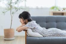 ソファでくつろぐ若い日本人女性