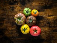 Des Tomates De Toutes Les Couleurs Sur Une Table En Bois Dans Une Cuisine