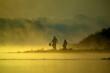 Wędkarze nad rzeką o wschodzie słońca