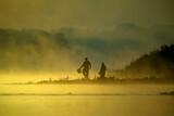 Fototapeta Na sufit - Wędkarze nad rzeką o wschodzie słońca