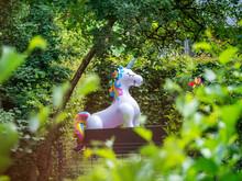 Ein Lebensgroßes Plastikeinhorn In Einem Garten Im Grünen