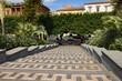 Zdobnicze schody. Wyjście z parku.  Mozaikowy chodnik.