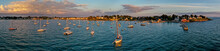 Luftaufnahme, Drohnenaufnahme Vom Hafen Und Der Bucht Vor Bourgneuf Und Dem Port Vavalo Mit Segelboten Auf Dem Meer Im Vordergrund Bei Sonnenuntergang, Département Morbihan, Bretagne, Frankreich