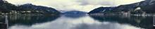 Zell Am See. Zdjęcie Panoramiczne Na Jezioro Zrobione Z Pomostu. Wieczór Z Duża Ilością Chmur. Późne Lato. W Tle Widać Alpy - Wysokie Taury.