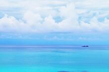 角島のエメラルドグリーンの美しく穏やかな海