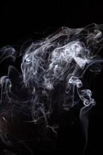 Biały, Błękitny Dym Na Czarnym Tle