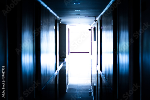 Photo Dark tones of a corner inside a building where many doors are visible