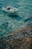 Bateau sur une mer bleu azur à Hvar