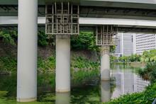 首都高速道路の支柱が堀の中に立っている。新旧のつながり 東京、竹橋