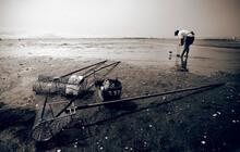 Mariscadora En Una Playa De Galicia