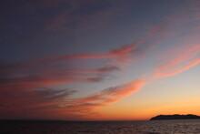 地球のヒカリ! SDGsオレンジ色の空とマジックアワーの海の輝き!