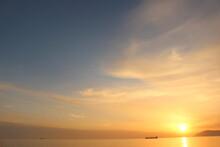 SDGs地球の輝き!ソラと海の水面の光に浮かぶ船
