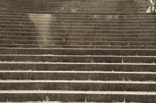 近所の生田緑地、石作の階段の上には岡本太郎美術館。 秋の日が差しています。