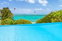 Piscine à Débordement Sur Fond De Plage Paradisiaque Tropicale