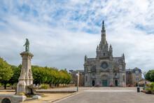Vue Extérieure De La Basilique Sainte-Anne-d'Auray, Sanctuaire Et Lieu De Pèlerinage Situé à Sainte-Anne-d'Auray Dans Le Département Du Morbihan, France