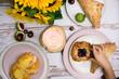 Jedenie stylizacja jesienna ciasto francuskie na różowych talerzach