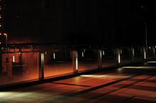オレンジ色に浮かび上がる夜の歩道