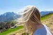 Kobieta w górach mocny wiatr rozwiał włosy